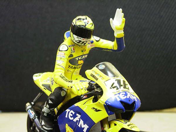 Picture of Valentino Rossi figuur sitting 2006 1:12 312060146