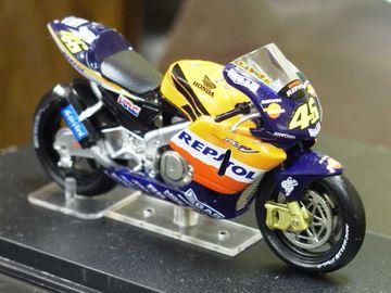 Picture of Valentino Rossi Honda RC211V 2002 1:24