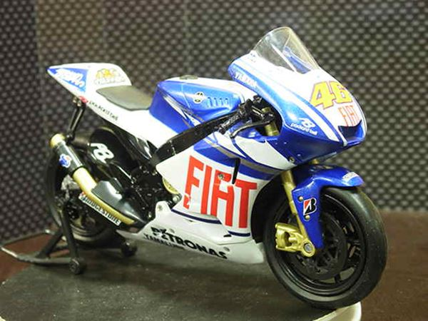 Picture of Valentino Rossi Yamaha YZR-M1 2010 1:12 43813