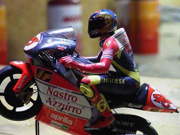 Afbeelding van Valentino Rossi figuur riding 1998 wheely 1:12