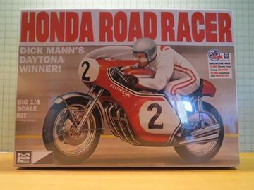 Picture of Dick Mann's Honda CB750 4 cyl. Daytona winner bouwdoos 1:8 MPC856