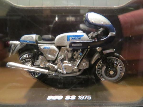 Picture of Ducati 900 SS 1975 1:32