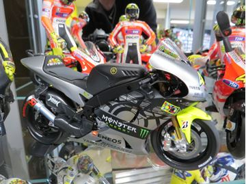 Picture of Valentino Rossi Yamaha YZR-M1 2013 test Sepang 1:12 122133956