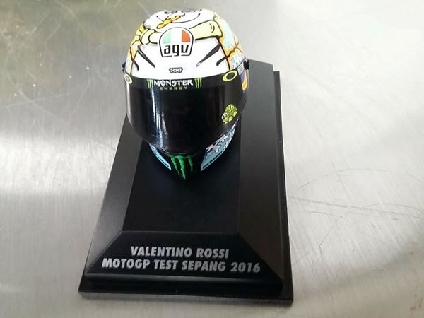 Picture of Valentino Rossi  AGV helm MotoGP Test Sepang 2016 1:8 398160076
