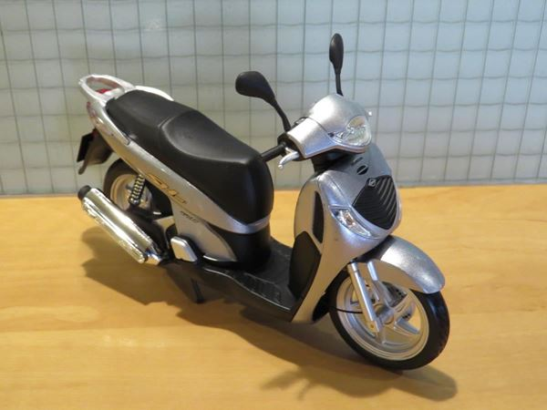 Picture of Honda SH125i motor scooter 1:12 zilver