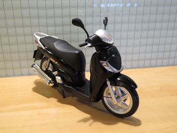 Afbeelding van Honda SH125i motor scooter 1:12 black