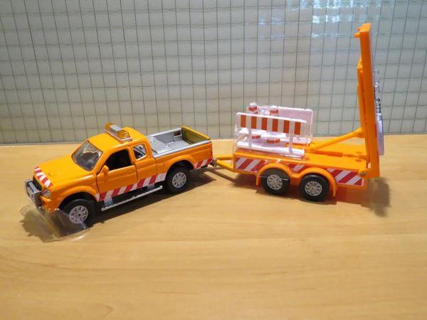 Picture of Mitsubishi strassendienst met signalerings trailer